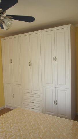 落下的两扇衣柜门安上了.上片片大伙瞧瞧吧!   打开的内部结构,玻