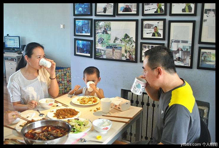 一家人整整齐齐坐在一起吃饭