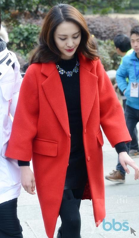 大红色大衣搭配小黑裙 竖