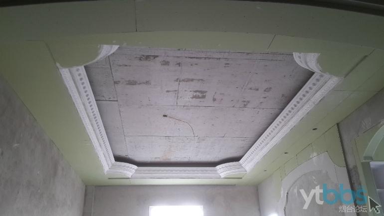 这是我家客厅的吊顶属于三级吊顶外边白色是石膏线我
