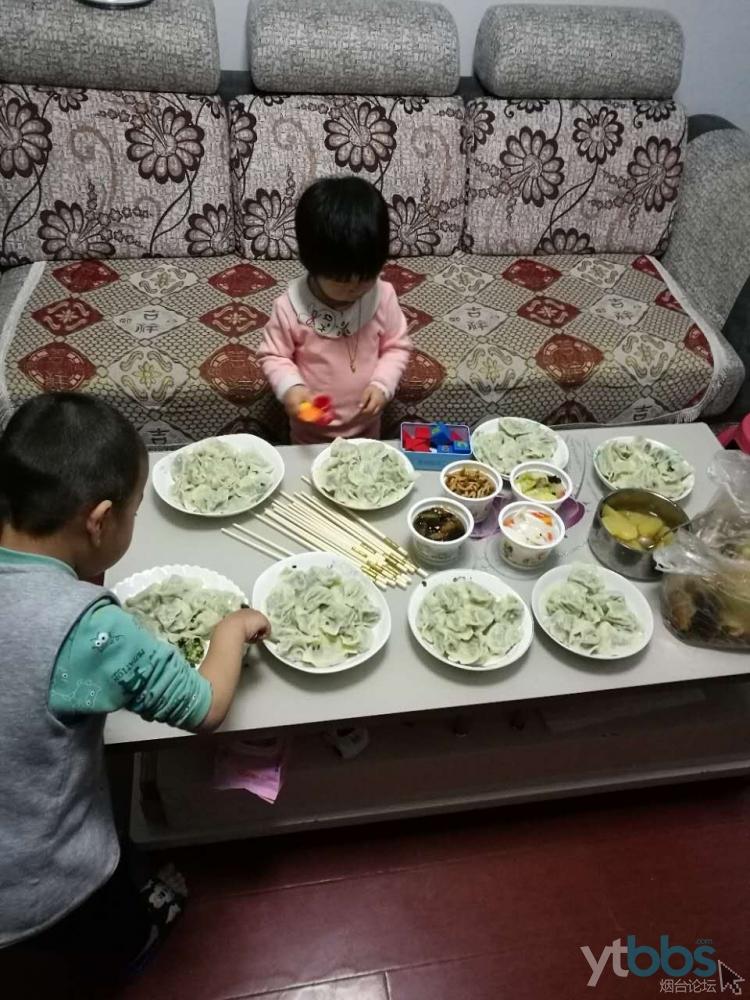 孩子们迫不及待的吃起来了