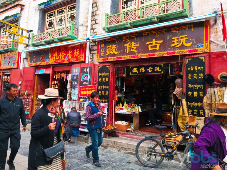 沿街商铺云集,各种藏民用品琳琅满目