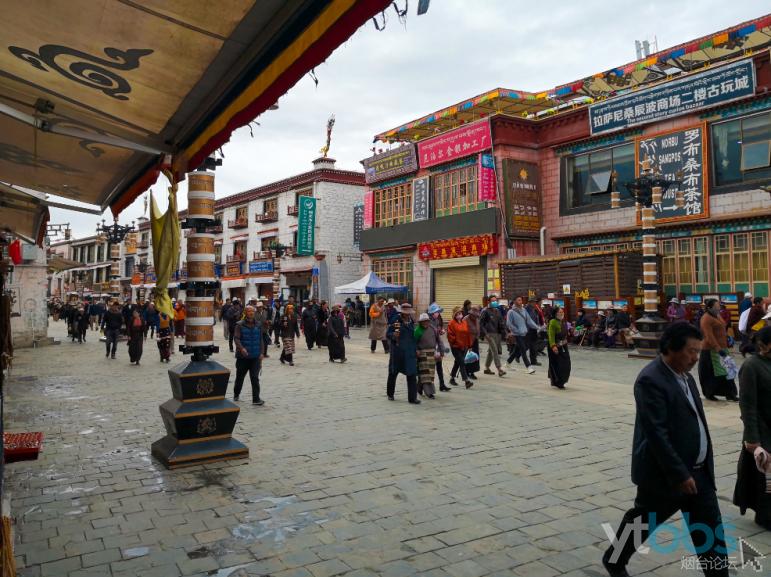 顺时针方向行走的藏传佛教的信徒们.png