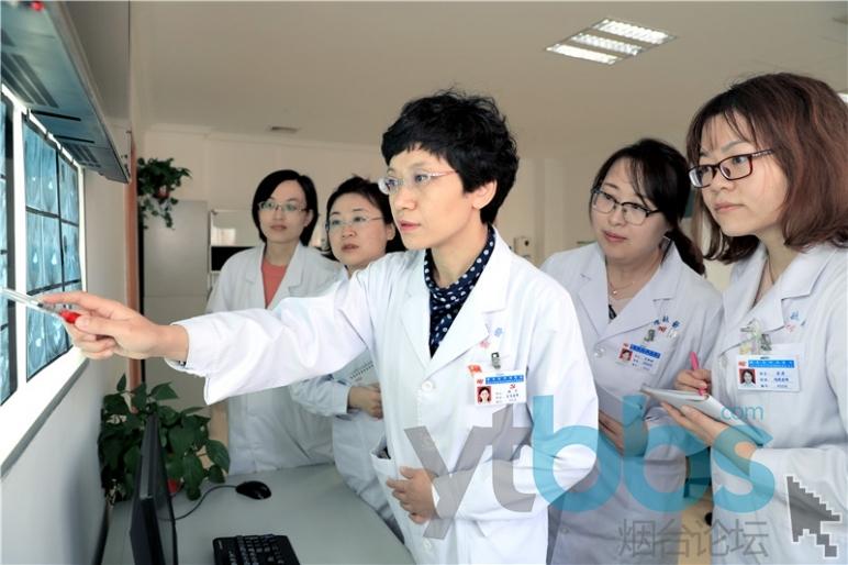 张宁(中)团队谈论患者病情.jpg