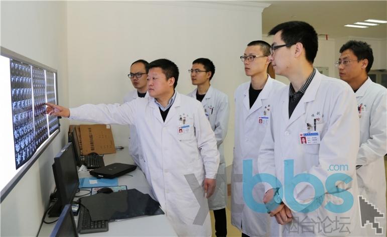 冯立民(左二)和团队分析患者病情.jpg
