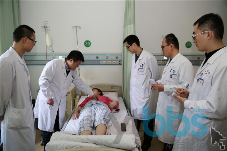 冯立民(左二)诊查患者病情.jpg