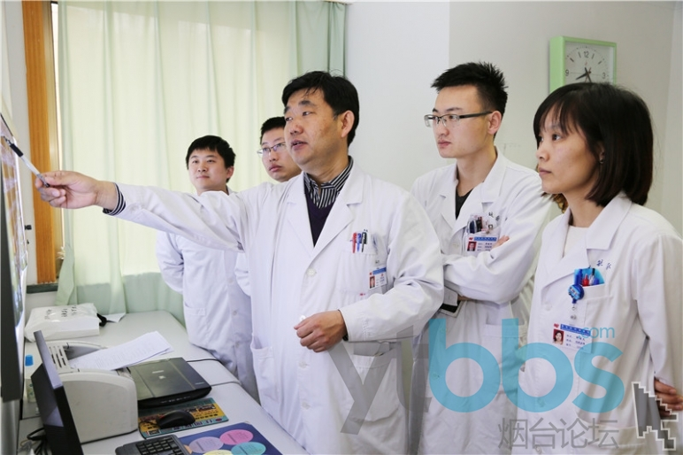 郑海涛(左三)和他的团队.jpg