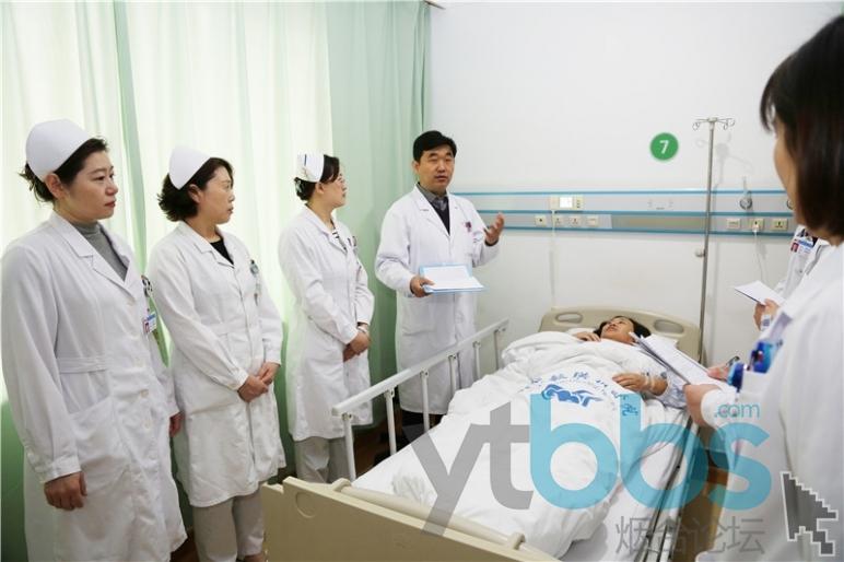 郑海涛(左四)在查房.jpg