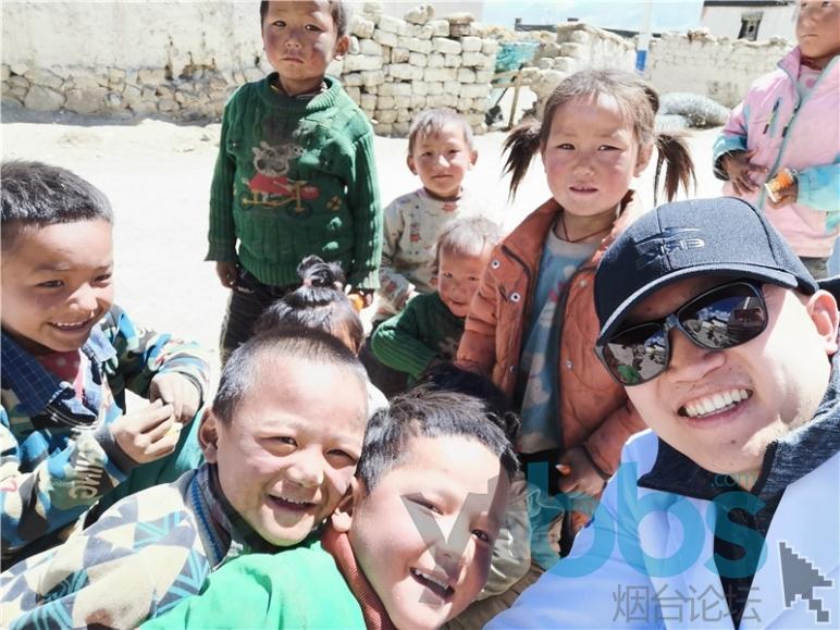 徐安利与藏族儿童在一起.jpg