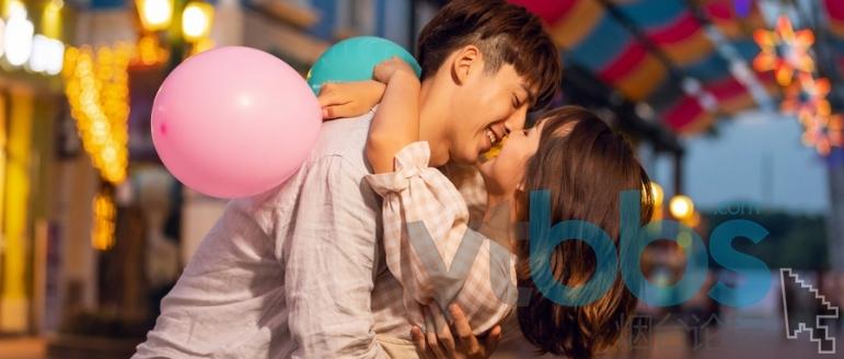 摄图网_501315417_wx_游乐园情侣夜晚亲吻(企业商用).jpg
