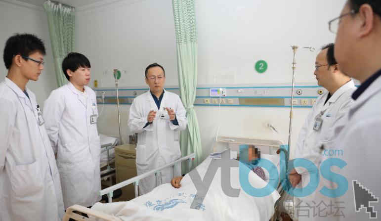 徐强(左三)团队在查房.png