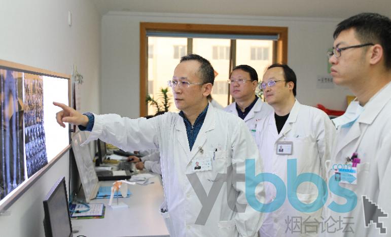 徐强(左)团队讨论患者病情.png