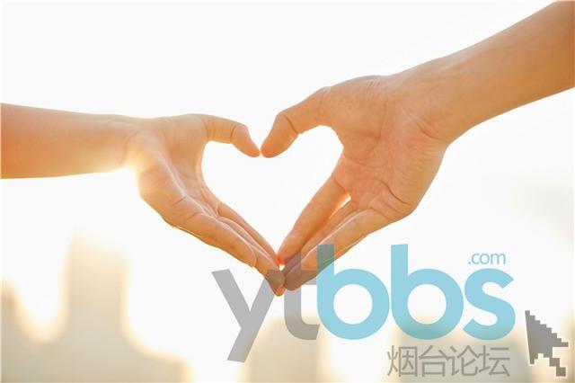 摄图网_501413935_情侣比爱心手势(企业商用).jpg